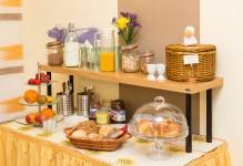 Gedeckter Tisch im Frühstücksraum